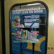 Размещение рекламной наклейки в вагонах метро фото