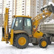 Уборка снега экскаватором-погрузчиком фото