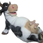 Садовая скульптура из полистоуна Веселая корова ФП-3 фото