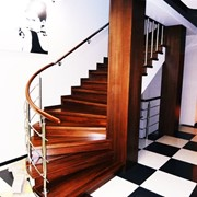 Лестница на металлокаркасе. фото