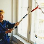 Мытье окон, витрин, фасадов фото