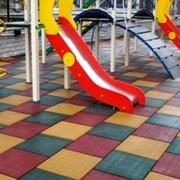 Резиновая плитка для детских площадок, спортзалов, ступенек. фото