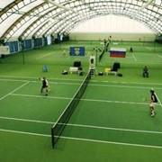 Укладка спортивных покрытий. Укладка спортивных покрытий для теннисных кортов. фото