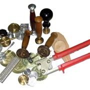 Гравировка по металлу, латуни, дюрали, пластику, оргстеклу, модельному воску и других материалах. фото