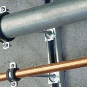 Хомуты для крепления труб для питьевой воды и труб систем отопления при строительстве жилых и производственных зданий фото