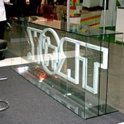 Склейка стекла УФ клеем для выставок, торговых витрин, музеев фото