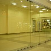 Цельностеклянная перегородка, перегородки стеклянные, монтаж цельносных конструкций, стеклянных перегородок фото