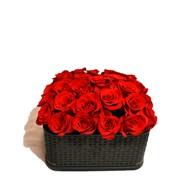 Букет роз на заказ в дизайнерской коробке фото