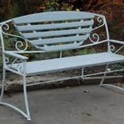 Прокат лавочек снежно-белых садовых, аренда свадебной мебели фото