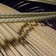 Композитная арматура, неметаллические стержни из стеклянных, базальтовых, углеродных или арамидных волокон, пропитанных термореактивным или термопластичным полимером. фото