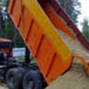 Доставка строительных материалов стройматериалов сыпучих песка грузов; шлак, граншлак, песок, отсев, щебень. фото
