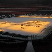 Покрывало для защиты и быстрой регенерации газона футбольного поля фото