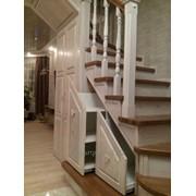 Угловые лестницы из натурального дерева фото