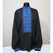 Черная мужская вышиванка с голубой вышивкой фото