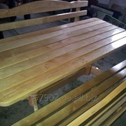 Стол с резными ножками и двумя скамейками. фото