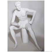 Манекен мужской стилизованный, скульптурный белый, для одежды в полный рост, сидячий, руки согнуты в локтях. MD-CFWM-012A фото