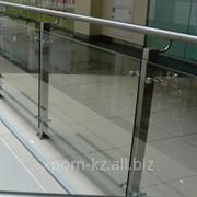 Ограждение со стеклом на квадратной стойке до 10 метров фото