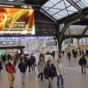 Реклама на перронах железнодорожных вокзалов фото