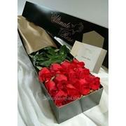 Букет с красных роз в коробке фото