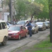 Вручение рекламы водителям легковых машин. фото