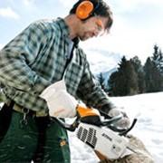 Бензомоторные пилы для распиловки дров и для ухода за земельным участком фото