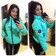 Красивая демисезонная куртка с нашивкой на рукаве (2 цвета) фото