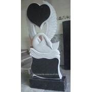 Памятники с лебедем и сердцем, изображение на камне 1 фото