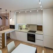 Угловая кухня под потолок с фасадами из крашеного  фото