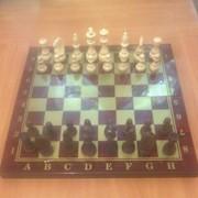 Шахматы из красного дерева фото