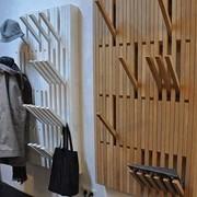 Деревянная вешалка для одежды фото