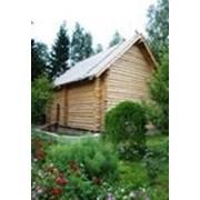 Деревянные дома срубы под временной кровлей. фото