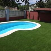 Искусственная трава вокруг бассейнов и водоемов фото