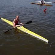 Стеклопластиковая одноместная спортивная байдарка Estrella 390, длина - 5,2 м, ширина - 0,39 м. низкий вес лодки при высокой прочности и жесткости, широкая цветовая гамма фото