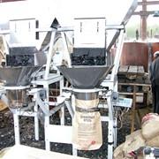 Verpakking houtskool onder het bevel фото
