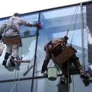 Профессиональная мойка окон альпинистами фотография