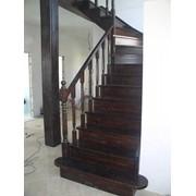 Услуги по изготовлению и монтажу деревянных лестниц фото