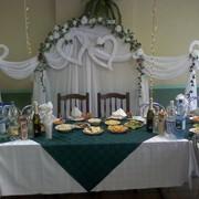 Аренда и прокат: чехлов на стулья, бантов скатертей фуршетных юбок арки для молодоженов сердца из ткани и цветов фото