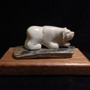 Скульптура из кости Медведь с рыбой фото