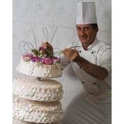 Торт, капкейп мужскими руками с кремом из высококачественного сыра Филадельфия фото