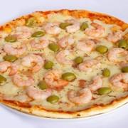 Пицца с коктейлем из креветок и оливок. фото