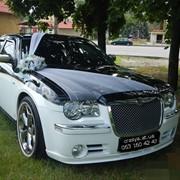 Прокат автомобиля крайслер 300с.Аренда украшений для авто на свадьбу фото