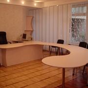 Мебель для офисов: Шкафы, тумбы, столы фото