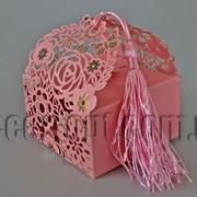 Бонбоньерка с вырубкой цветы розовая 7х7х7,5см 570793 фото