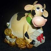 Сувенир Корова с подарком 8см фото