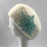 Женская шапка берет с цветочной вышивкой мятного цвета фото
