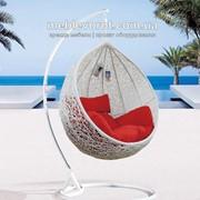 Аренда подвесного кресла-шара из ротанга белого цвета с напольной подставкой фото