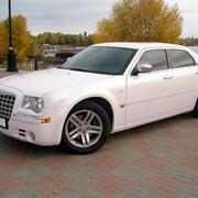 Аренда Chrysler 300C (цвет розовый) фото