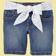 Шорты джинсовые с белым кружевным поясом фото