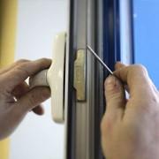 Регулировка и ремонт металлопластиковых окон и дверей фото
