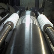 Бобинорезка, схема с двумя приводными пустотелыми валами барабанного типа с прикатным валом фото